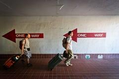Δύο άνθρωποι που περπατούν στο λάθος κατεύθυνση με το sui Στοκ Εικόνα