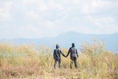 Δύο άνθρωποι που στέκονται και που κρατούν τα χέρια Στοκ Φωτογραφία