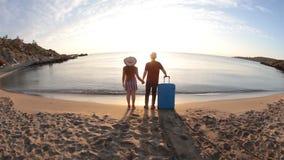 Δύο άνθρωποι που τρέχουν τα εύθυμα χέρια εκμετάλλευσης στις διακοπές θερινού ταξιδιού απόθεμα βίντεο