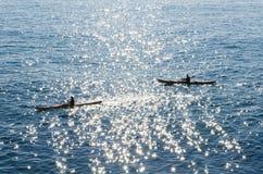 Δύο άνθρωποι σε ένα καγιάκ στη θάλασσα Στοκ Φωτογραφίες