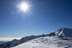 Δύο άνθρωποι στηρίζονται μετά από την ορειβασία σκι Στοκ φωτογραφία με δικαίωμα ελεύθερης χρήσης