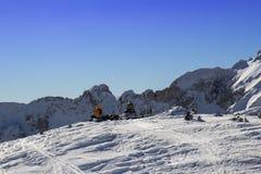 δύο άνθρωποι στηρίζονται σε ένα βουνό στοκ φωτογραφίες με δικαίωμα ελεύθερης χρήσης
