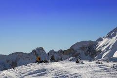 δύο άνθρωποι στηρίζονται σε ένα βουνό στοκ φωτογραφία