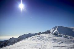 δύο άνθρωποι στηρίζονται σε ένα βουνό στοκ φωτογραφία με δικαίωμα ελεύθερης χρήσης
