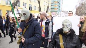Δύο άνθρωποι στις μάσκες αερίου πηγαίνουν στη συνάθροιση Άνθρωποι στις μάσκες στην επίδειξη απόθεμα βίντεο