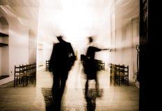Δύο άνθρωποι στο πίσω φως που βγαίνει Στοκ φωτογραφία με δικαίωμα ελεύθερης χρήσης