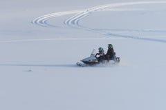 Δύο άνθρωποι στο όχημα για το χιόνι Στοκ Φωτογραφία