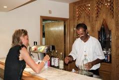 Δύο άνθρωποι των διαφορετικών υπηκοοτήτων στο μετρητή στο ζωηρόχρωμο καφέ για να κουβεντιάσει και να έχει τη διασκέδαση Τυνησία Κ Στοκ Εικόνες
