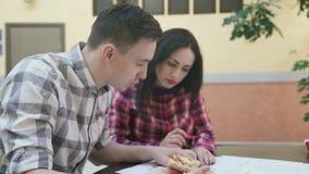 Δύο άνδρας εργαζόμενων γυναικών που συζητά το επιχειρησιακό πρόγραμμα στην αρχή φιλμ μικρού μήκους