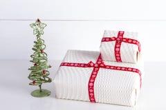 Δύο άσπρα κιβώτια δώρων με την Πόλκα διαστίζουν μια κόκκινη κορδέλλα Στοκ εικόνα με δικαίωμα ελεύθερης χρήσης