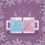 Δύο άσπρα φλυτζάνια στις πλεκτές καλύψεις, που γεμίζουν με ένα ζεστό ποτό, στέκονται το ένα απέναντι από το άλλο Στο πρώτο πλάνο  Στοκ Φωτογραφία