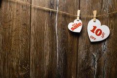 Δύο άσπρες καρδιές και εκπτώσεις με το ρομαντικό σχέδιο στο ξύλινο υπόβαθρο Μεγάλη πώληση σε μια καρδιά στοκ εικόνα με δικαίωμα ελεύθερης χρήσης