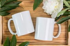 Δύο άσπρες κούπες, γαμήλιο πρότυπο φλυτζανιών Στοκ εικόνες με δικαίωμα ελεύθερης χρήσης