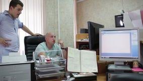 Δύο άτομα εργάζονται στο γραφείο φιλμ μικρού μήκους