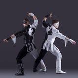 Δύο άτομα με τα κοστούμια καρναβαλιού που θέτουν στο στούντιο Στοκ Εικόνες