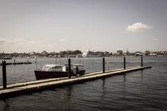 Δύο άτομα μιλούν εκτός από μια βάρκα στοκ φωτογραφία