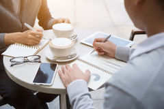 Δύο άτομα μοιράζονται τις ειδήσεις, φωτογραφίες, βίντεο στο smartphone Στοκ Φωτογραφία