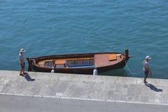 Δύο άτομα ναυτικών και η βάρκα στη σκούρο μπλε αποβάθρα στη διάσπαση στοκ φωτογραφίες με δικαίωμα ελεύθερης χρήσης