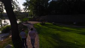 Δύο άτομα περπατούν στο πάρκο απόθεμα βίντεο