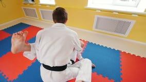 Δύο άτομα που εκπαιδεύουν τις δεξιότητες aikido τους Κατάρτιση της πάλης τους Προστασία από ένα χτύπημα ποδιών απόθεμα βίντεο
