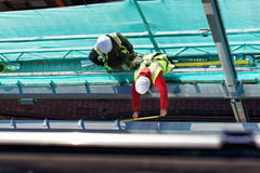 Δύο άτομα που εργάζονται στο εργοτάξιο οικοδομής Στοκ Φωτογραφία