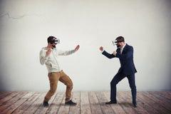 Δύο άτομα που καταπολεμούν στα γυαλιά εικονικής πραγματικότητας Στοκ εικόνες με δικαίωμα ελεύθερης χρήσης