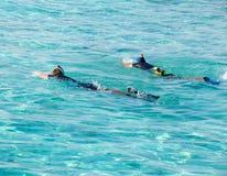 Δύο άτομα που κολυμπούν με αναπνευτήρα στη θάλασσα Στοκ Εικόνα