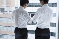 Δύο άτομα που μιλούν στο γραφείο του παραθύρου Στοκ φωτογραφία με δικαίωμα ελεύθερης χρήσης
