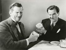 Δύο άτομα που ο χυμός γκρέιπφρουτ το ένα στο άλλο Στοκ εικόνες με δικαίωμα ελεύθερης χρήσης