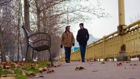 Δύο άτομα που περπατούν έξω στο Πίτσμπουργκ μια χειμερινή ημέρα απόθεμα βίντεο