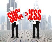 Δύο άτομα που στέκονται και που συγκεντρώνουν τους γρίφους για την επιτυχία διανυσματική απεικόνιση