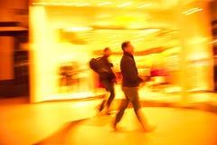 Δύο άτομα που ψωνίζουν στην πόλη Στοκ φωτογραφία με δικαίωμα ελεύθερης χρήσης