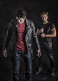 Δύο άτομα σκληρής ροκ που θέτουν στο στούντιο Στοκ φωτογραφία με δικαίωμα ελεύθερης χρήσης