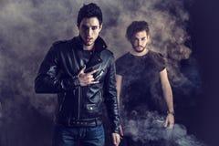 Δύο άτομα σκληρής ροκ που θέτουν στο στούντιο Στοκ Φωτογραφία