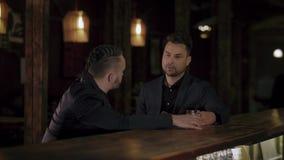 Δύο άτομα στα κοστούμια πίνουν το ουίσκυ σε έναν φραγμό απόθεμα βίντεο