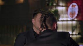 Δύο άτομα στα κοστούμια πίνουν το ουίσκυ σε έναν φραγμό φιλμ μικρού μήκους