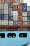 Δύο άτομα στο σκάφος εμπορευματοκιβωτίων Στοκ φωτογραφία με δικαίωμα ελεύθερης χρήσης