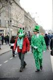 Δύο άτομα φορούν τα κοστούμια της Ιρλανδίας στην υψηλή θέση στο ST Πάτρικ ` s ημέρα Paradeστο Δουβλίνο, Ιρλανδία, στις 18 Μαρτί Στοκ Εικόνες