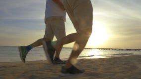 Δύο άτομα Jogging στην παραλία φιλμ μικρού μήκους