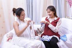 Δύο έγκυοι γυναίκες συζήτησαν το μέλλον των παιδιών ευτυχώς στοκ εικόνες με δικαίωμα ελεύθερης χρήσης