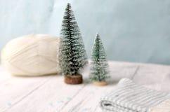 Δύο ένα λίγο χριστουγεννιάτικο δέντρο με τη σφαίρα του νήματος Στοκ Εικόνα