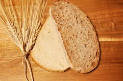 Δύο ένα brawn δημητριακών υγιούς ψωμί φετών, και ένα άλλο λευκό στοκ εικόνα