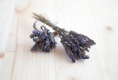 Δύο δέσμες ξηρό lavender σε έναν ξύλινο πίνακα Στοκ φωτογραφίες με δικαίωμα ελεύθερης χρήσης