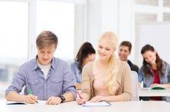 Δύο έφηβοι με τα σημειωματάρια στο σχολείο Στοκ Εικόνα