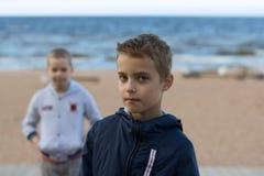 Δύο έφηβοι στέκονται στην παραλία θαλασσίως Οι αδελφοί περπατούν το Al Στοκ εικόνες με δικαίωμα ελεύθερης χρήσης