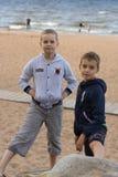 Δύο έφηβοι στέκονται στην παραλία θαλασσίως Στοκ Φωτογραφία