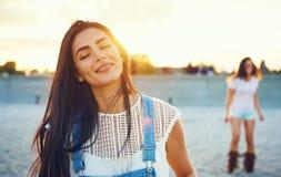Δύο ήρεμα κορίτσια στην παραλία κατά τη διάρκεια του ηλιοβασιλέματος Στοκ φωτογραφία με δικαίωμα ελεύθερης χρήσης