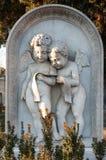 Δύο λίγα μαρμάρινοι άγγελοι που διαβάζουν μια προσευχή σε μια ταφόπετρα Στοκ εικόνα με δικαίωμα ελεύθερης χρήσης