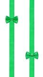 Δύο λίγα πράσινοι κόμβοι τόξων σε δύο παράλληλες κορδέλλες Στοκ εικόνες με δικαίωμα ελεύθερης χρήσης