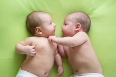 Δύο δίδυμοι αδερφοί αγοράκι Στοκ φωτογραφίες με δικαίωμα ελεύθερης χρήσης